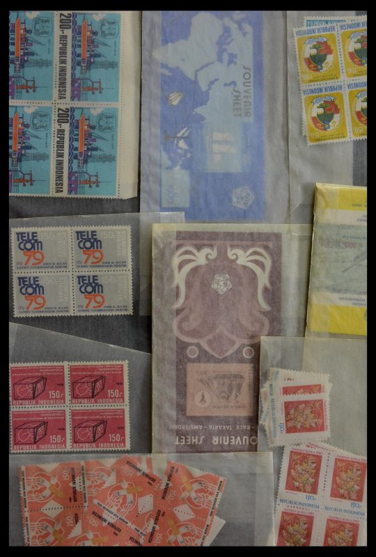 Postzegelverzameling 28906 Overzee jaren 70-90.
